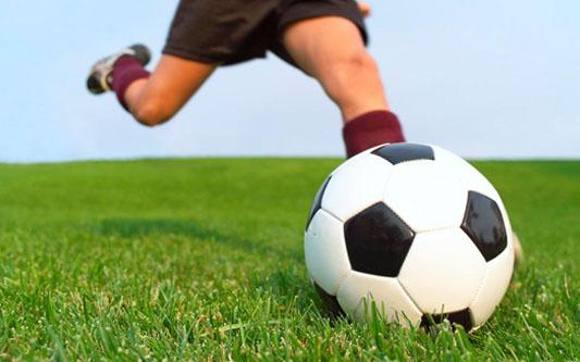 Futbalje obľúbená loptová hra hlavne chlapcov. žiaci našej